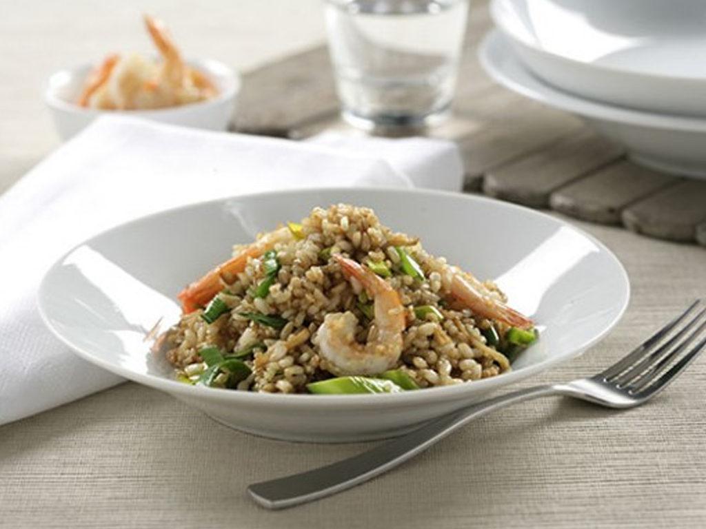 Hnedá ryža, zeleninou a krevetami vo woku