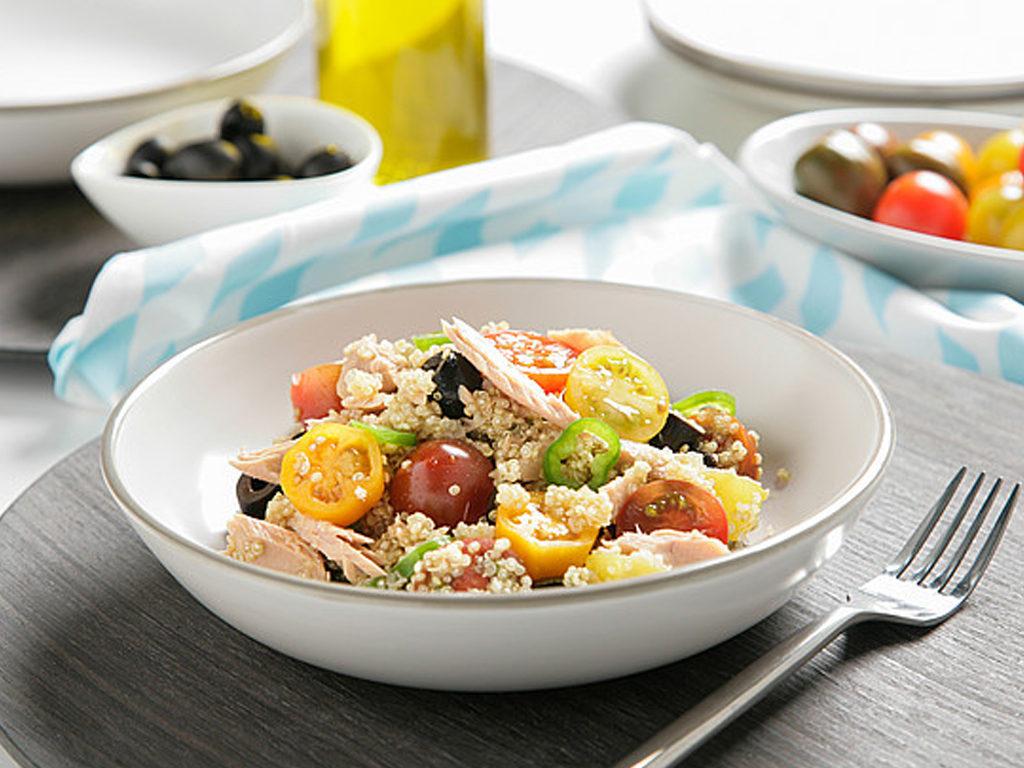 Quinoa saláta kisebb tonhallal, olajbogyóval és cherry paradicsommal
