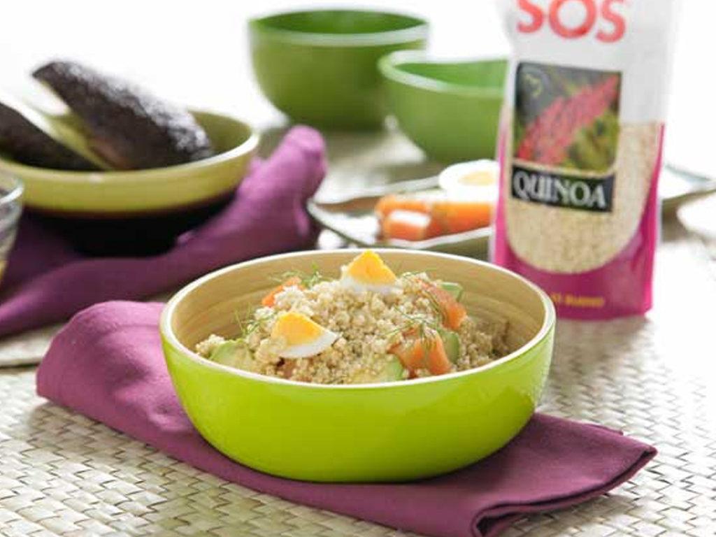 Šalát z quinoy s avokádom a uvareným vajíčkom