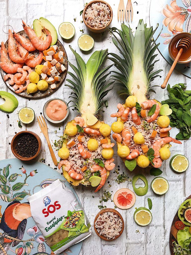 Ananas plněný rýžovým salátem a mořskými plody