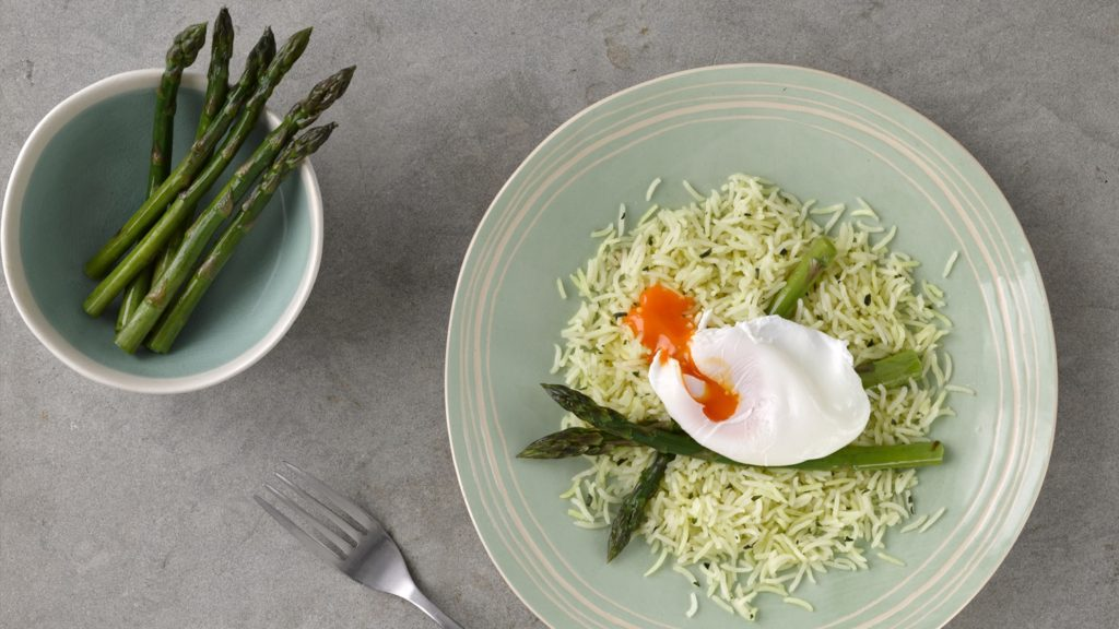 Bylinková rýže s chřestem a ztraceným vejcem
