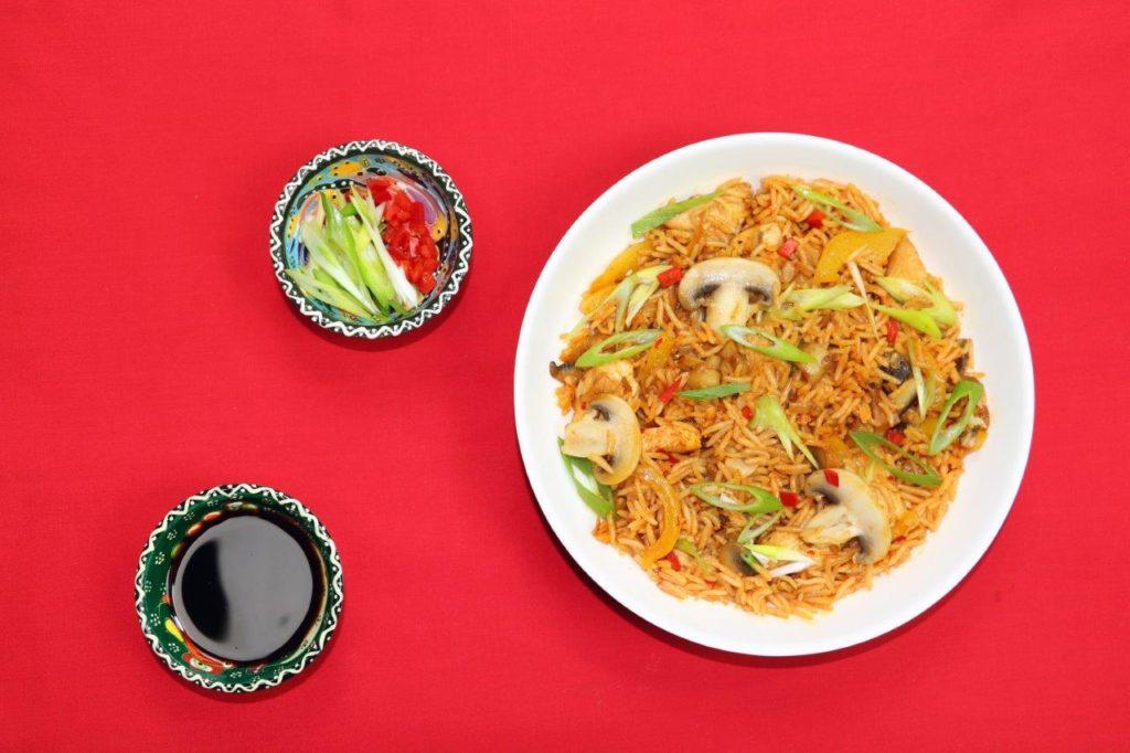 Ázijská firecracker ryža so šampiňónmi a kuracím mäsom